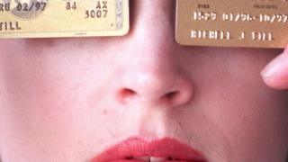 ایک خاتون دو کریڈٹ کارڈ کے ساتھ