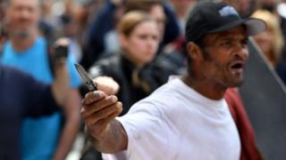 一名在加州游行的示威者拿着刀子。