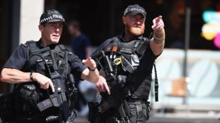 Önlemler kapsamında ayrıca devriye gezen silahlı polis sayısı da artırıldı.
