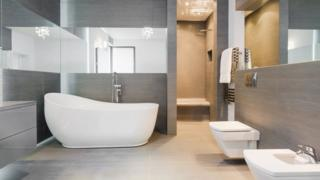 Banheiro com banheira, pia, chuveiro e privada