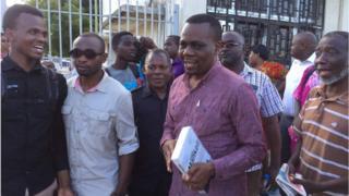 Mbunge wa Kigoma mjini Zitto Kabwe akitoka kituo cha polisi Kamata,mjini Dar es salaam
