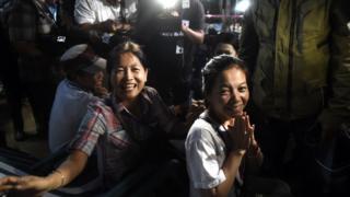 Familiares sonríen al conocer la noticia de que los niños están a salvo.
