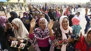 示威者听到巴希尔总统已被推翻,欢呼胜利。