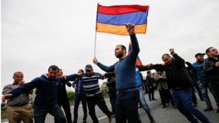 Сторонники оппозиции ожидают прибытия Пашиняна в город Гюмри
