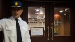 охранник у консульства Южной Кореи в Гонконге