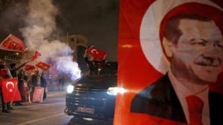 حامیان شادمان آقای اردوغان در خیابانهای استانبول