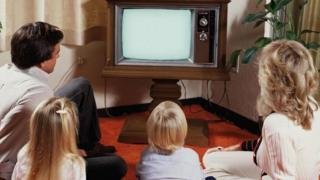 Una familia viendo televisión en los años 60 o 70