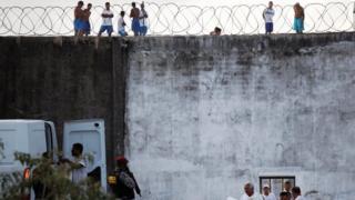 Presos recebem entrega de alimentos de policiais na penitenciara de Alcacuz, no Rio Grande do Norte