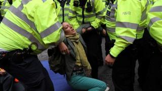 پلیس تلاش کرد تا تجمع کنندگان را از برابر نهادهای دولتی دور کند