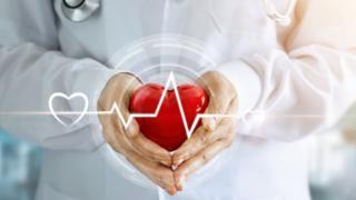 Manos sosteniendo la figura de un corazón.