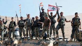 جنود لبنانيون يشيرون بعلامة النصر في رأس بعلبك