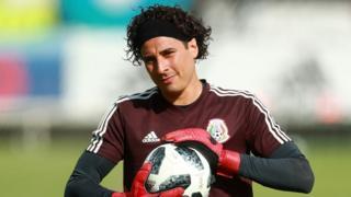 Guillermo Ochoa con una melena ondulada y una vincha