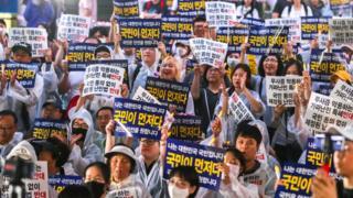 30일 서울에서 열린 난민반대 집회에 약 1000명이 참가했다