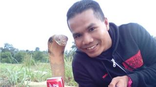 Selfie de Abu Zarin Hussin con una serpiente