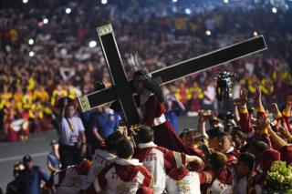 The Black Nazarene is carried into place by devotees in Manila (9 Jan 2019)