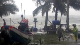 Puluhan ribu orang diminta mengungsi dari kota dan desa di pesisir.
