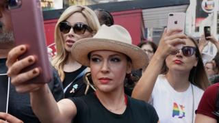 米女優アリッサ・ミラノ氏は、セクハラや性的嫌がらせや暴行の被害者に声を上げるよう求めた