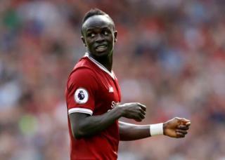Sadio Mané envoie 300 maillots de Liverpool à son village