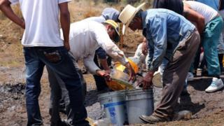 Hombres roban combustible de un ducto
