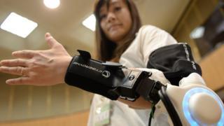 Mujer vistiendo un brazo robotizado