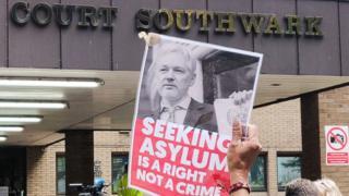 Un manifestant avec une affiche à l'extérieur du tribunal de Southwark qui a jugé le cas du fondateur de WikiLeaks, Julian Assange.