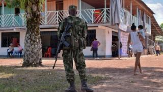 A soldier stands guard in Guerima village in eastern Colombia (16/02/2017)