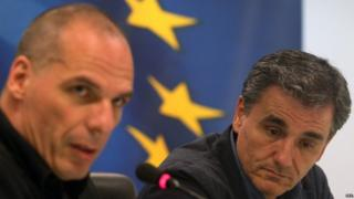 Outgoing Greek Finance Minister Yanis Varoufakis (left) and newly appointed Greek Finance Minister Euclid Tsakalotos (06 July 2015)