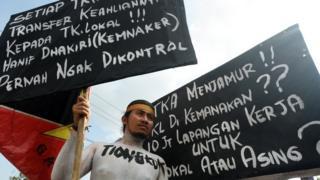 """Mahasiswa yang tergabung dalam Gerakan Aktivis Mahasiswa melakukan aksi di depan Kantor DPR Makassar, Sulawesi Selatan, Kamis (3/5) untuk menolak """"dominasi tenaga kerja asing (TKA)"""" di Indonesia."""