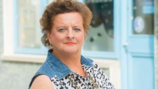 Lynn Hunter fel Dol Pobol y Cwm