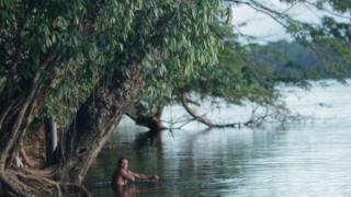 indígena pemón tomando banho de rio