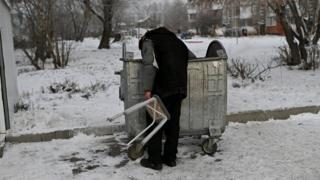 Görme engelli evsiz Bistruşkin çöpte yemek arıyor