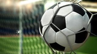 футбольный мяч в сетке ворот