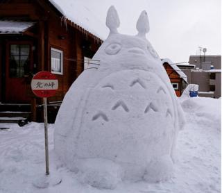 Totoro kardan adamı otobüs bekliyor.
