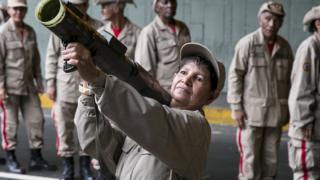 пожилая женщина с оперативно-тактической ракетой