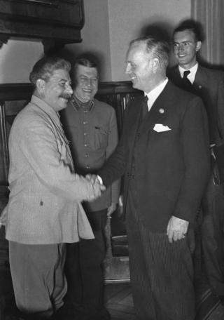 Stalin. Josef Stalin, (trái) nhà độc tài Liên Xô, bắt tay Ngoại trưởng Đức Joachim Von Ribbentrop sau lễ ký hiệp ước hữu nghị, còn gọi là Hiệp ước Ribbentrop-Molotov, ở Moscow tháng 8/1939. Hai bên cùng thỏa thuận trong biên bản mật là sẽ cùng nhau chia đôi Ba Lan.