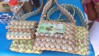 bolsos con billetes de bolívares