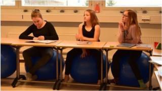 Хаухо мектебинде окуучулар көбүнчө үйлөтүлгөн топтордун үстүндө отуруп окушат