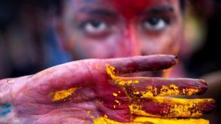 Человек с рукой, испачканной краской