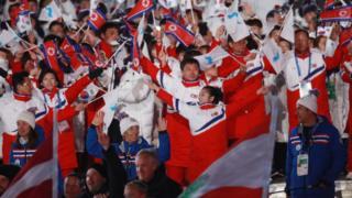 25일 강원도 평창올림픽스타디움 열린 평창올림픽 폐회식에서 한국 선수단과 북한 선수단이 나란히 입장하고 있다