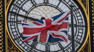 Bandera británica frente al Big Ben.