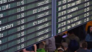 Табло у стенда Lufthansa в аэропорту