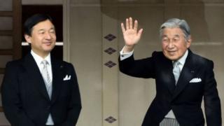 เจ้าฟ้าชายนารุฮิโตะ (ซ้าย) จะทรงขึ้นครองราชย์หลังจากที่สมเด็จพระจักรพรรดิอากิฮิโตะทรงสละราชสมบัติ