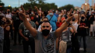 Vecinos de Vallecas protestando este domingo.