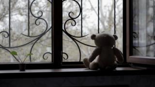 Плюшевый медведь на окне