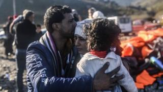 Pendatang dari Suriah tiba di Pulau Lesbos, Yunani setelah menyeberang dari Turki.