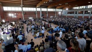Deprembe ölen 35 kişinin toplu cenaze töreni bir spor salonunda düzenlendi.