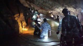 Un equipo de los Seals de la Armada tailandesa inspecciona el túnel inundado en la cueva.