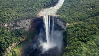 圭亞那凱丘大瀑布落差大約220米,是世界最大的單級落差瀑布