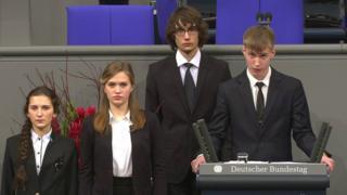 El estudiante ruso Nikolai Desyatnichenko habla al Bundestag Alemán en Berlín el 17 de noviembre de 2017 (Foto: Parlamento alemán)