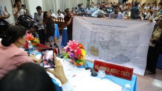 Người dân Thủ Thiêm mang bản đồ quy hoạch khu đô thị Thủ Thiêm tới chất vấn đại biểu Quốc Hội trong buổi tiếp xúc cử tri ngày 9/5